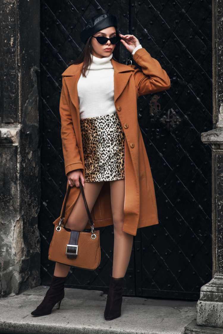 saia trapézio com casacão é tendência no inverno