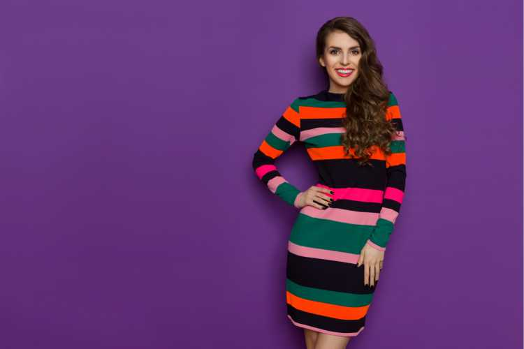 vestido com listras coloridas é tendência