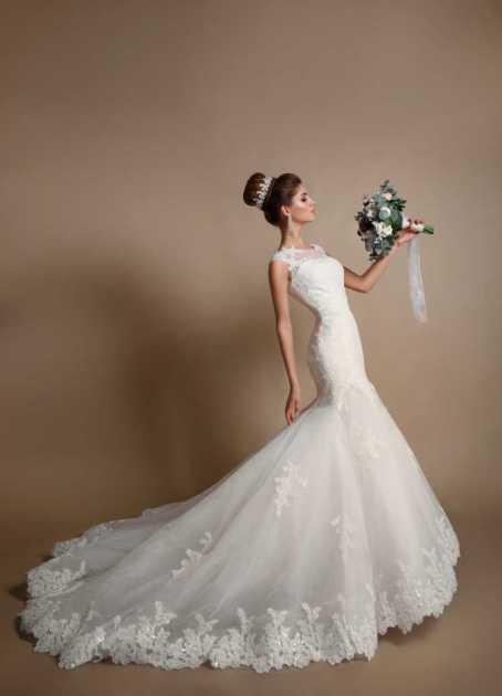 vestido de noiva estilo sereia com bordado na cauda