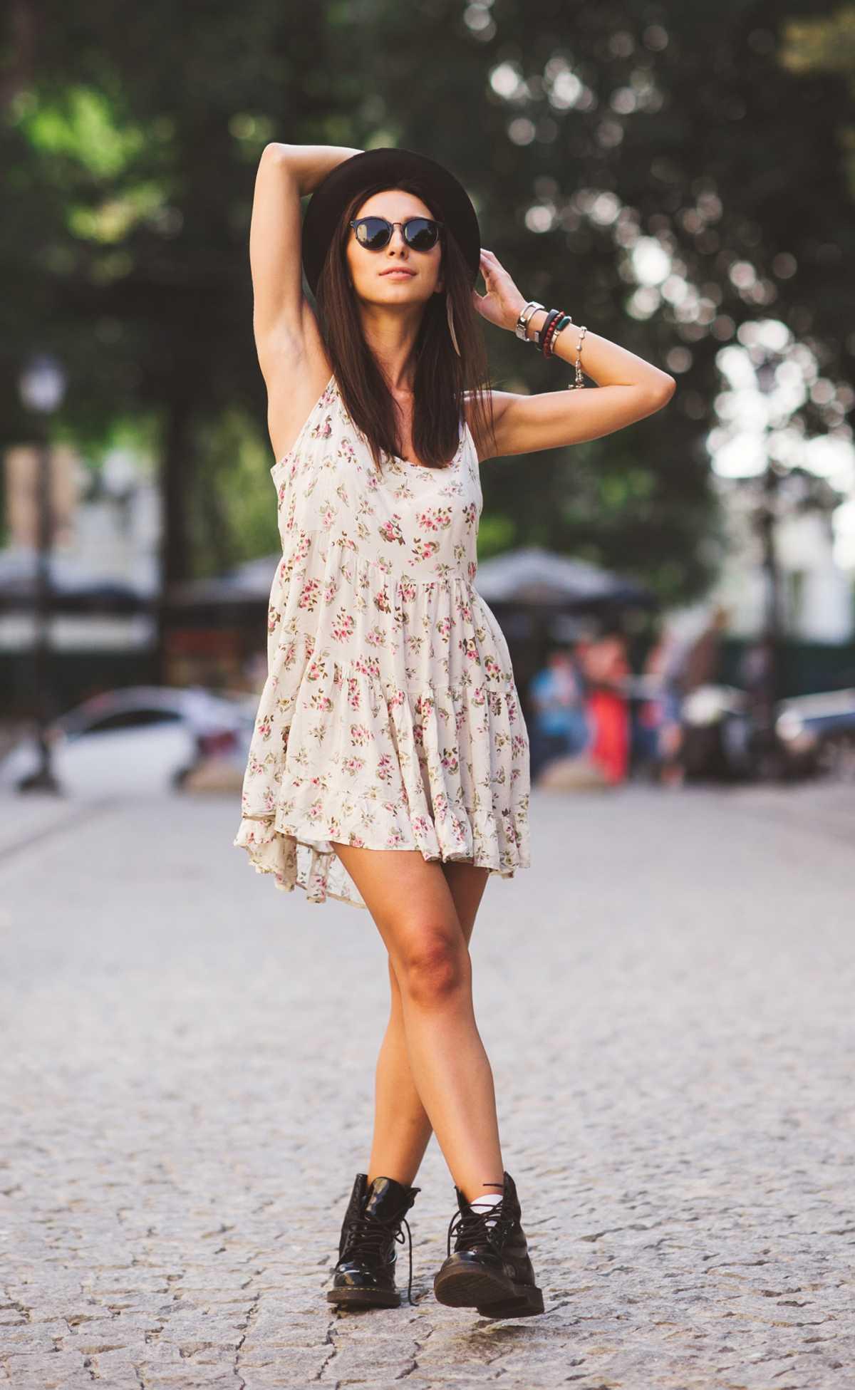 vestido floral com coturno