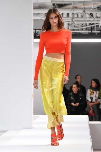 look com cores vibrantes serão uma das tendências da moda para o verão 2020