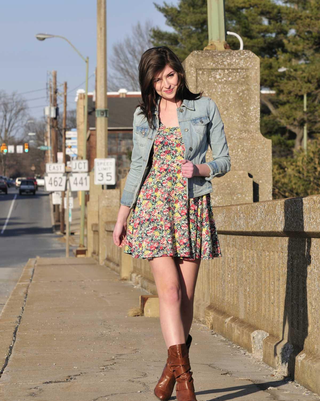 dress floral com botas cano médio