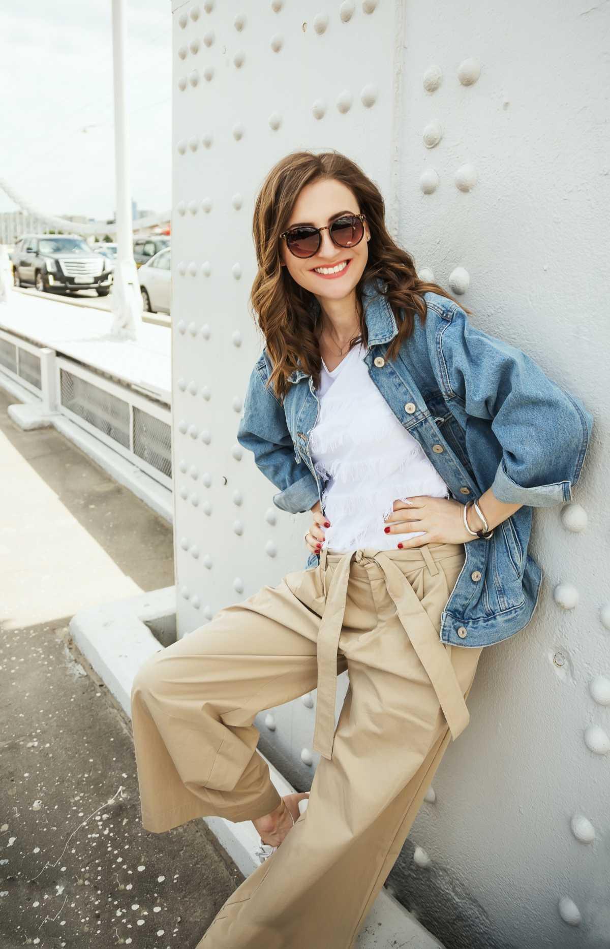 produção com calça pantalona e jaqueta jeans