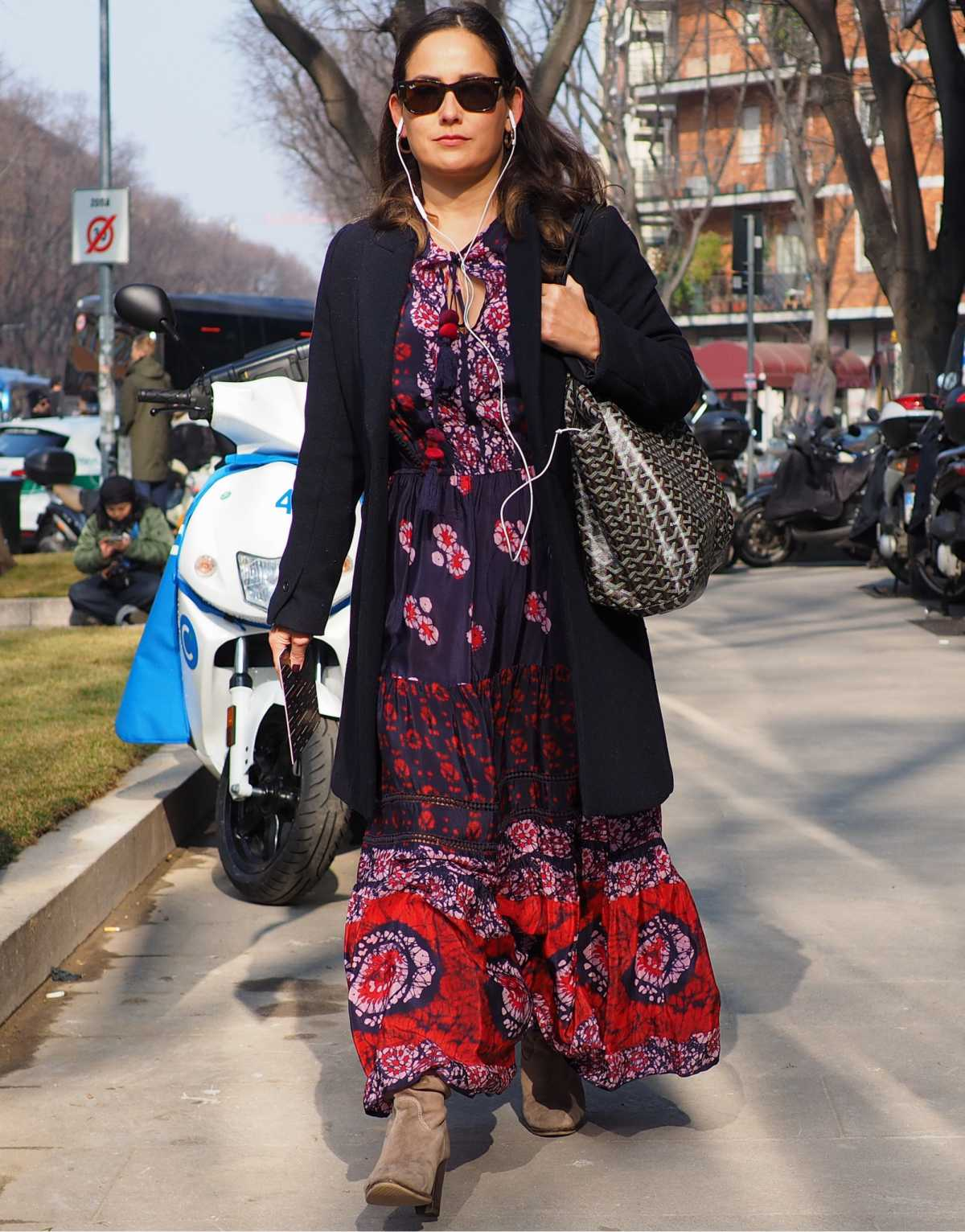 vestido longo estampado com botas