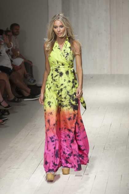 look colorido e estiloso usando vestido longo neon