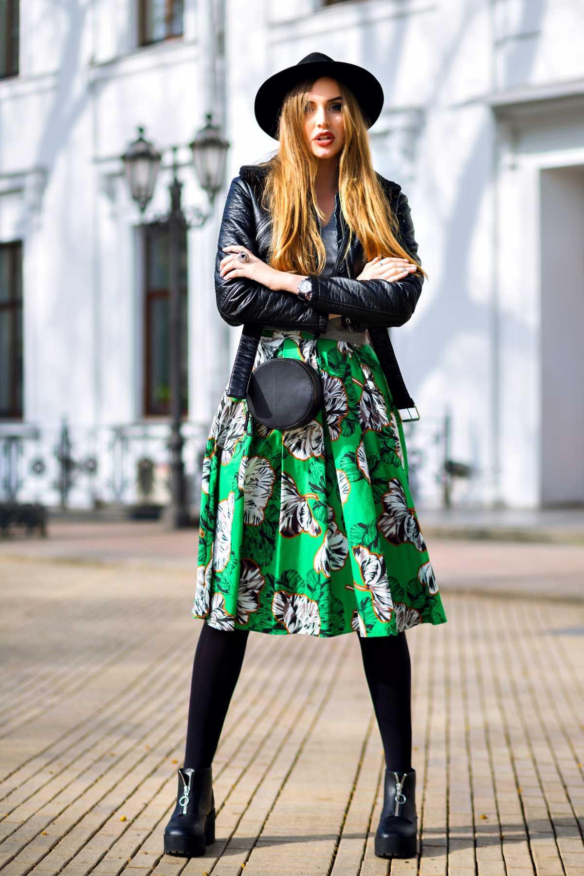 vestido midi floral com jaqueta de couro