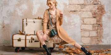vestido floral e botas no inverno