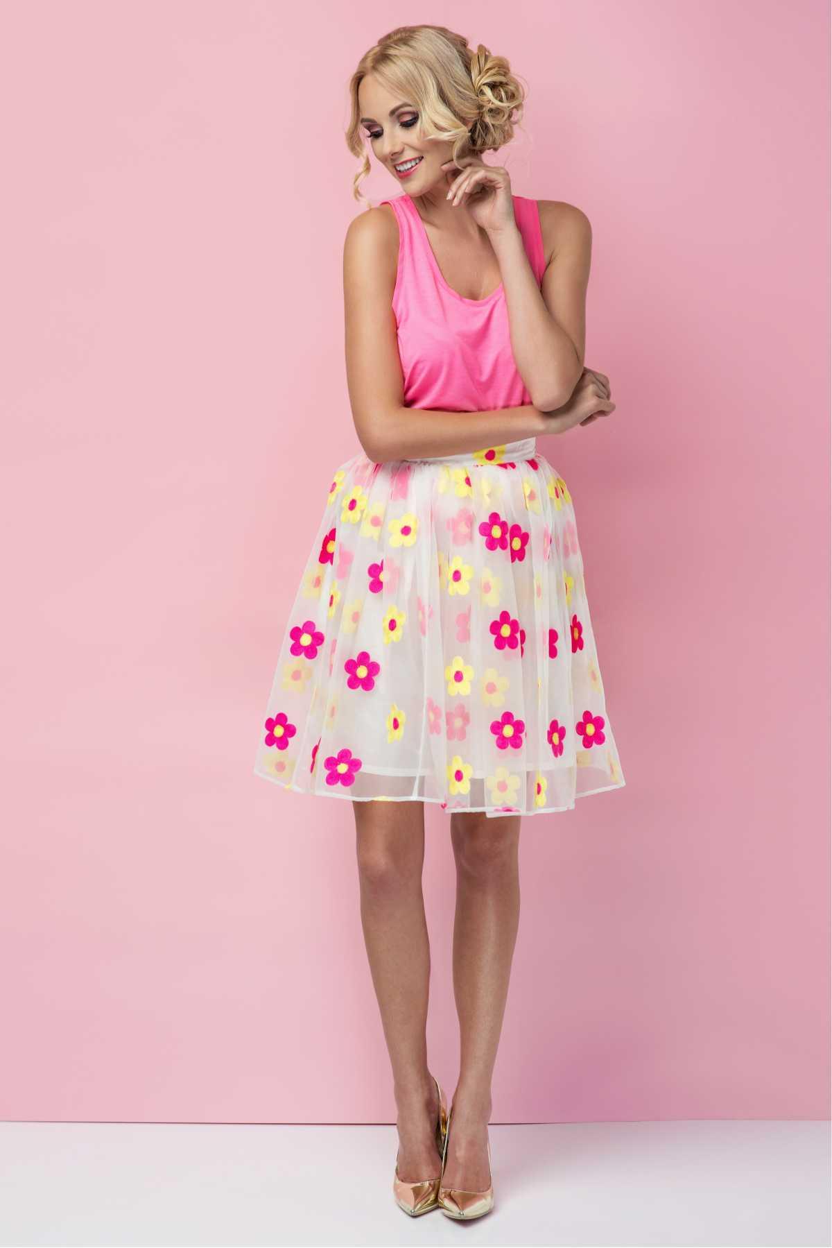 vestido rosa com aplicações de flores na saia