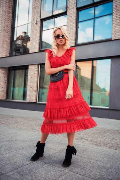 vestido vermelho midi com botas