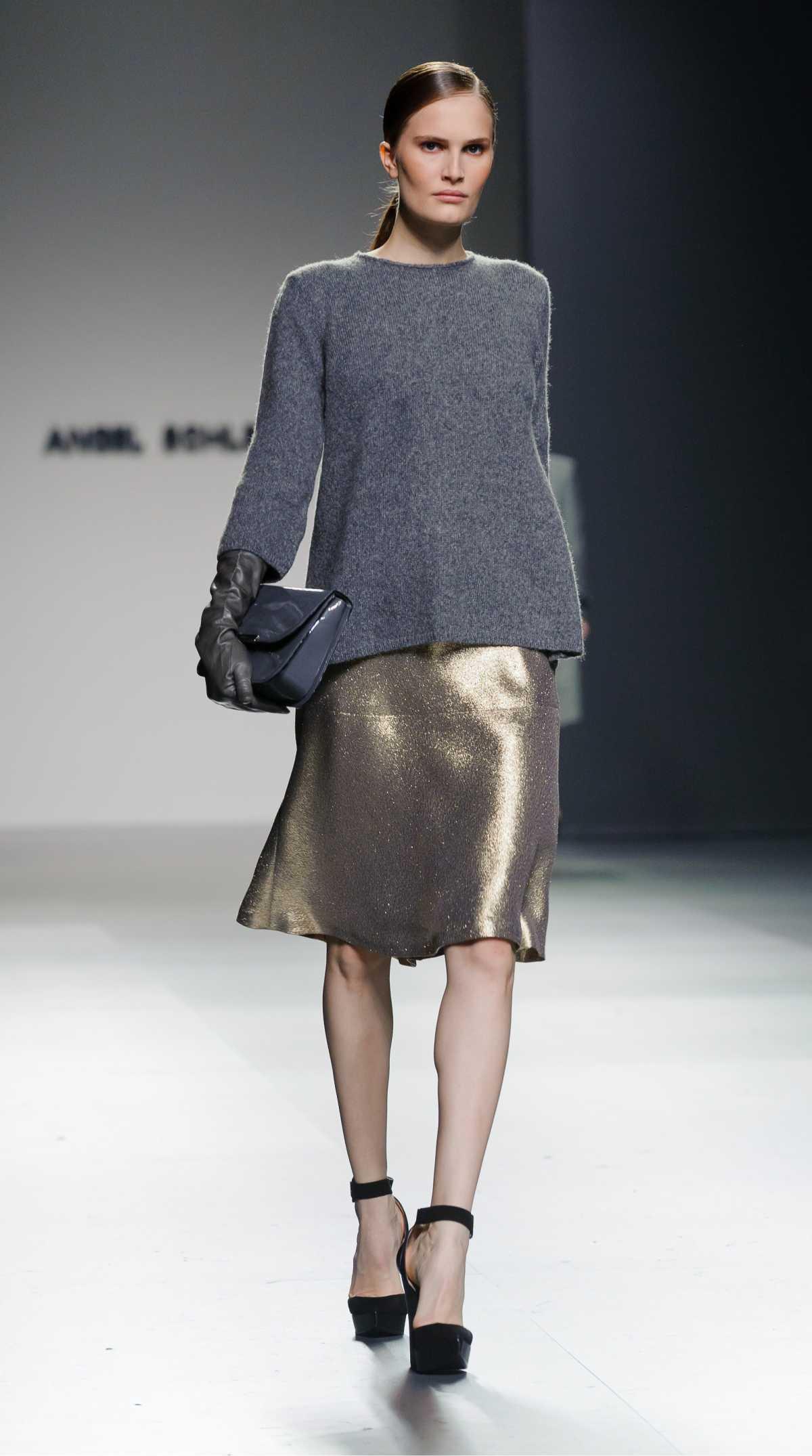 blusa de moletom com saia dourada