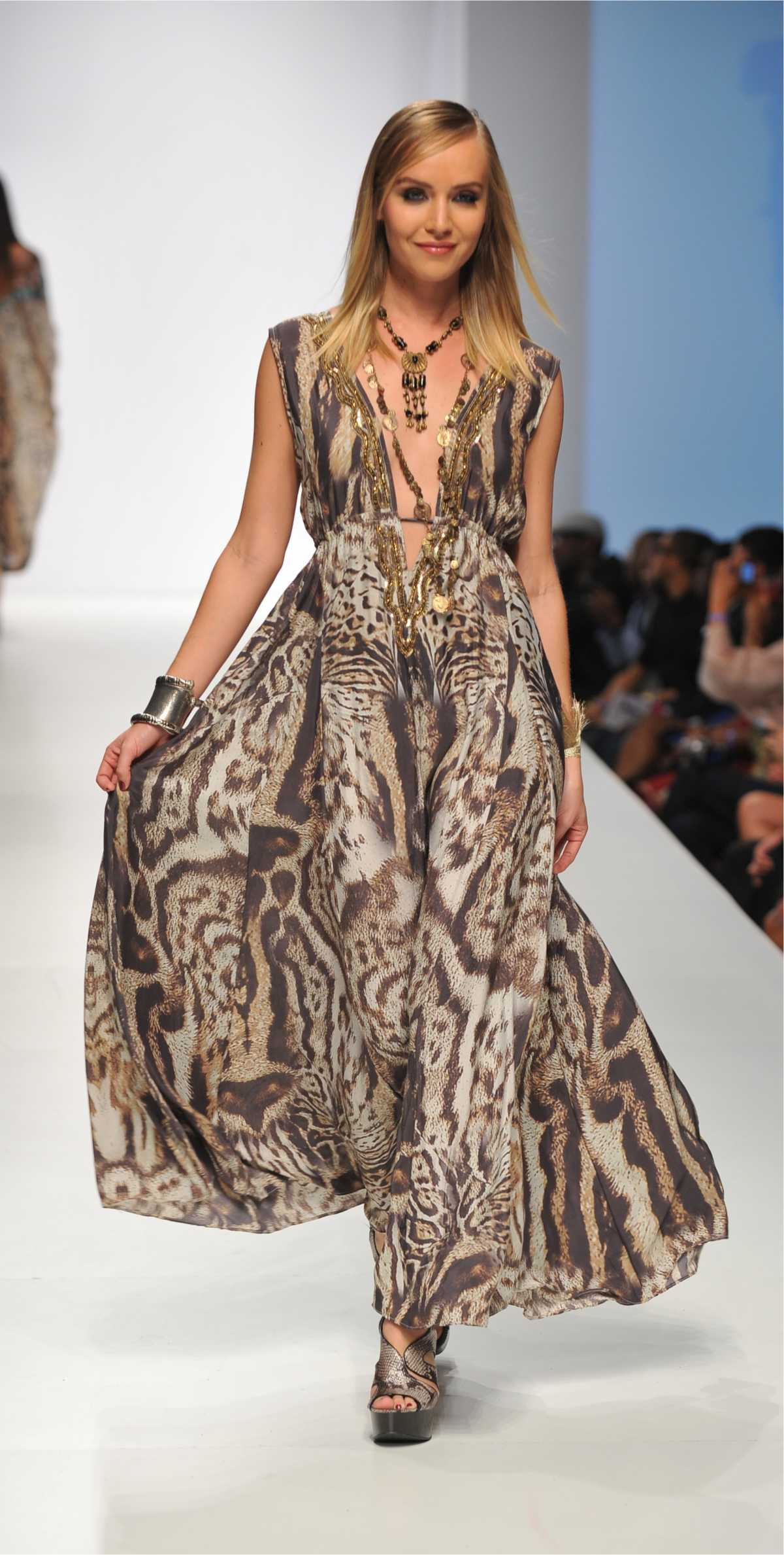 vestido longo com estampa animal print