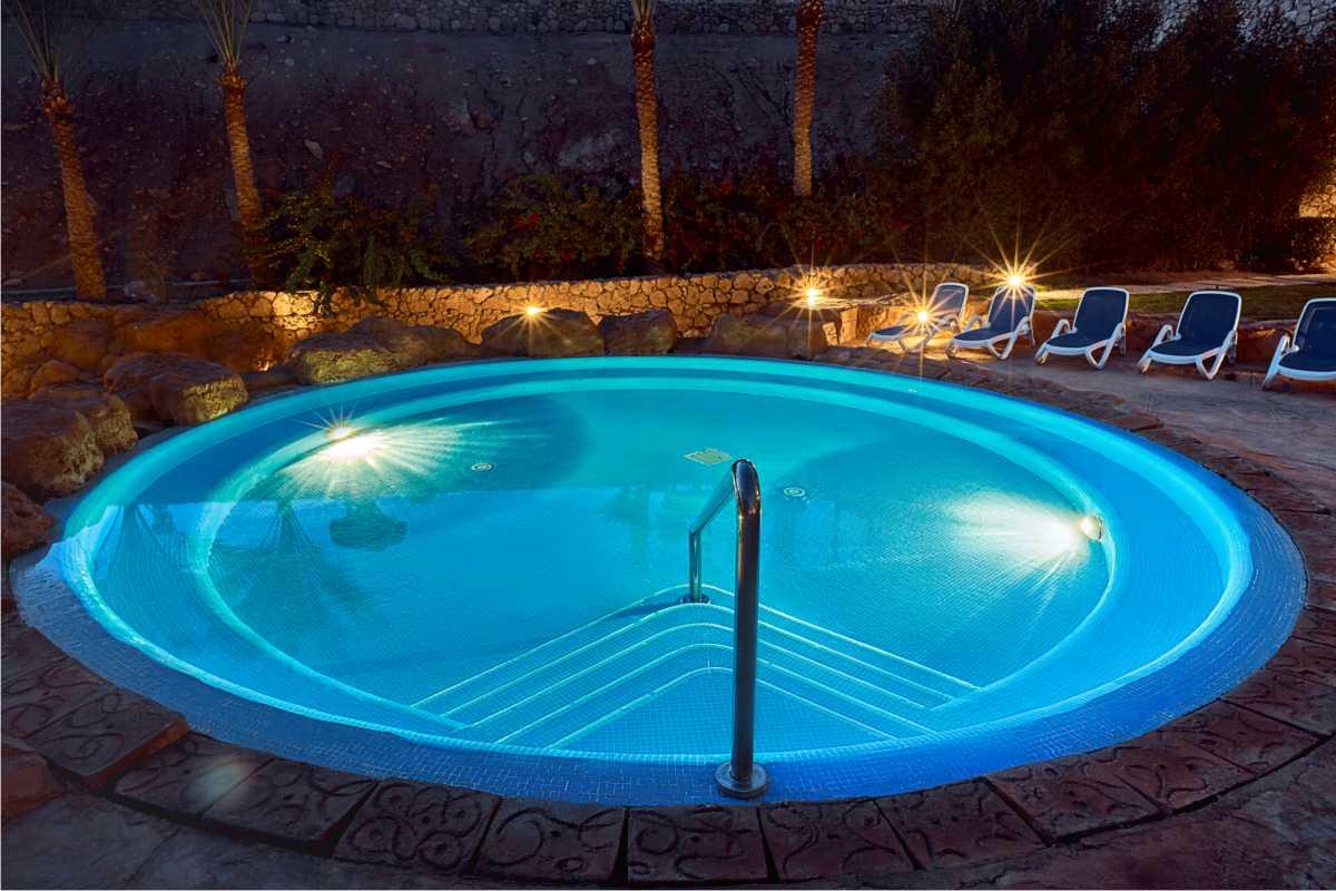 piscina redonda iluminada