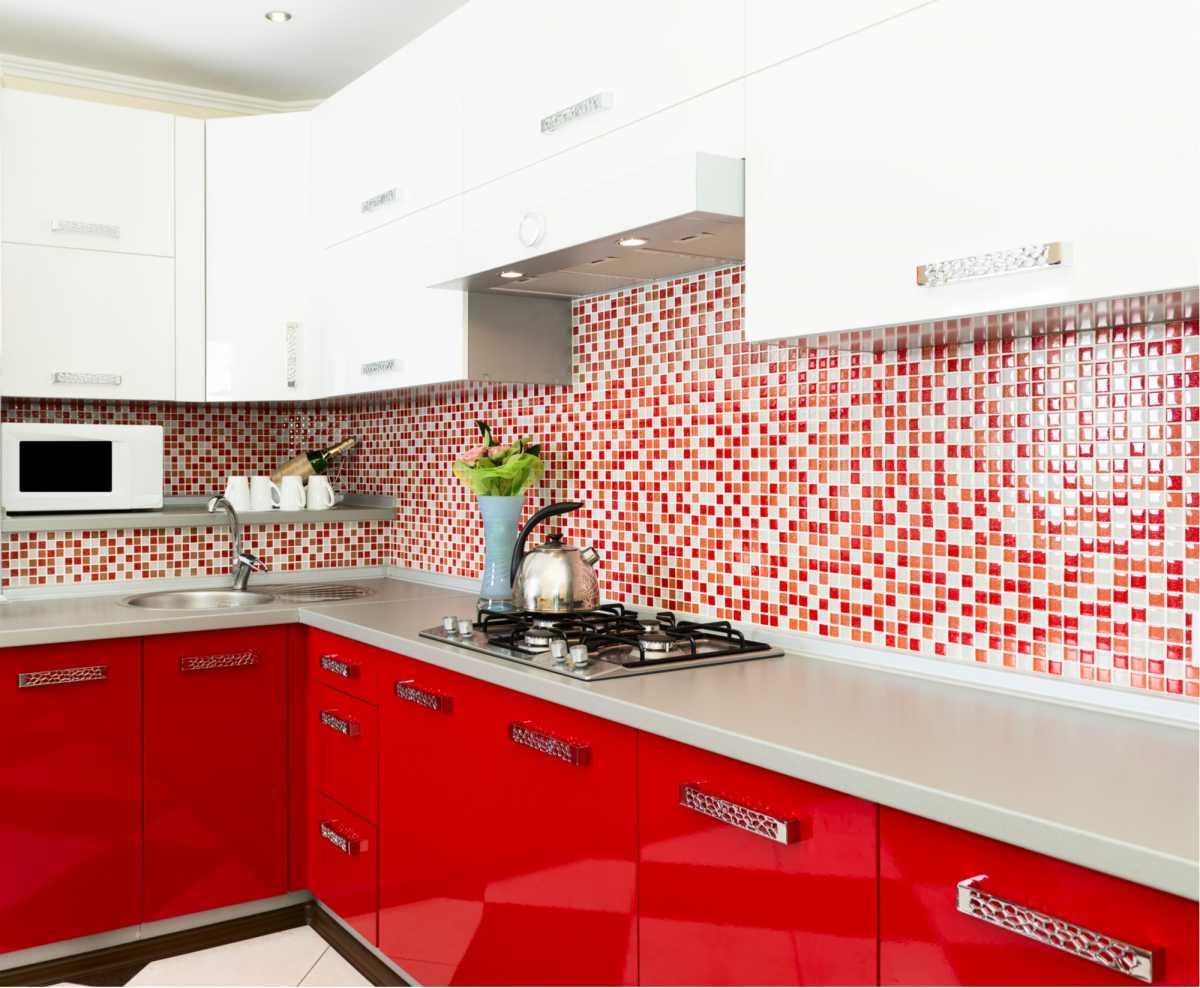 Cozinha moderna com armários vermelhos