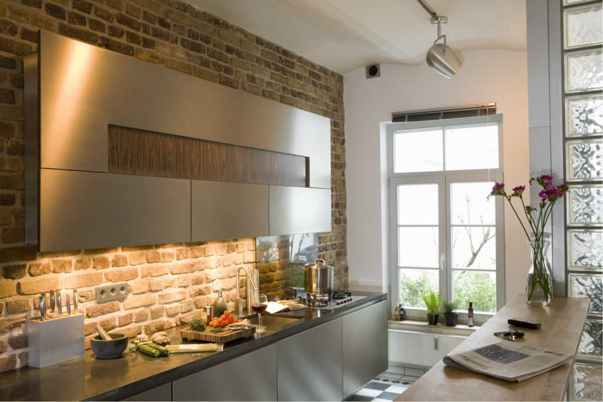 Cozinha pequena bem iluminada