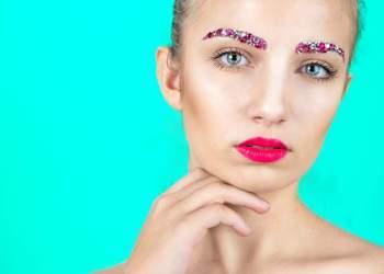 Glitter na sobrancelha é tendência