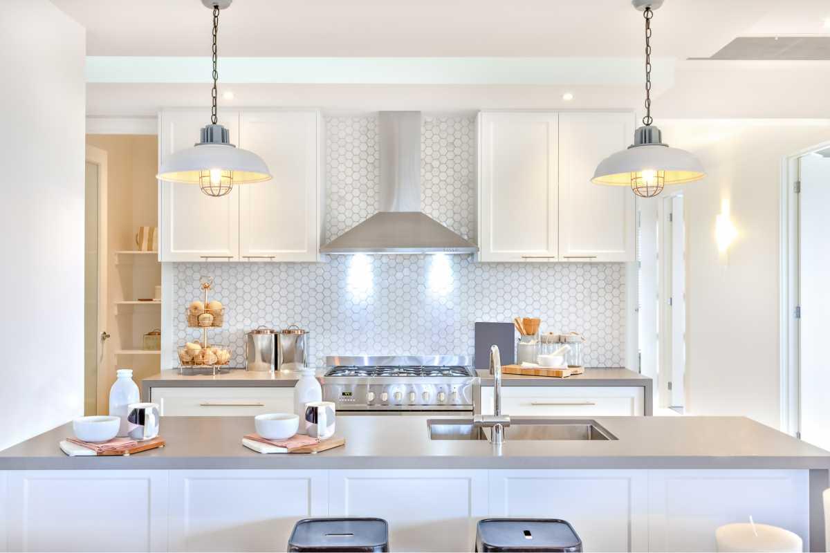 Luminárias modernas na bancada da cozinha