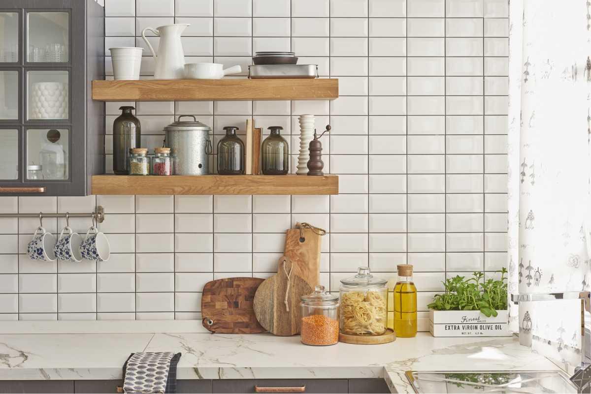 Organizadores de utensílios compõem uma cozinha moderna