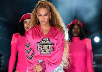 Beyoncé usando sombra com glitter em show