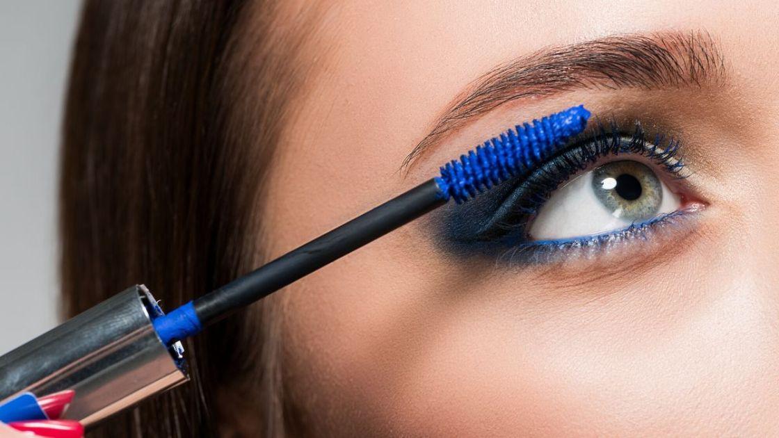 Rímel colorido é uma das tendências de maquiagem outono inverno 2020 - [Foto: shutterstock]