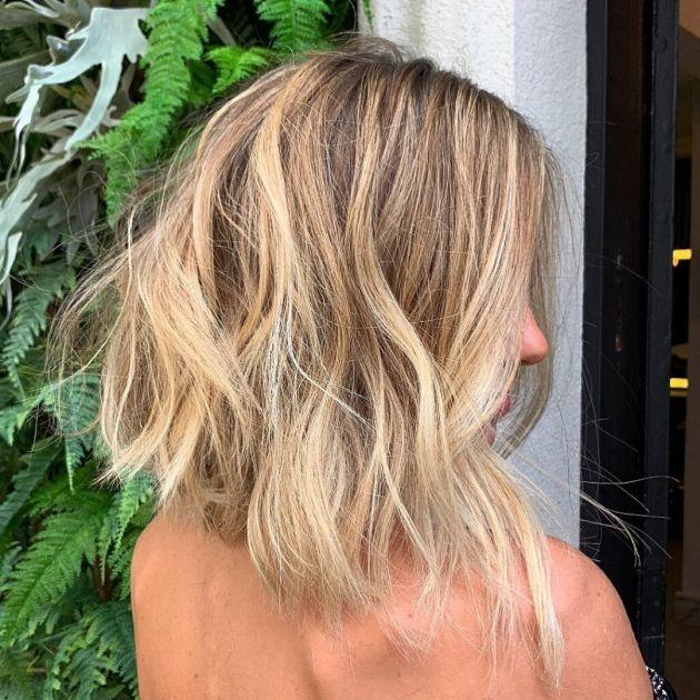 Mulher com o cabelo blong long bob