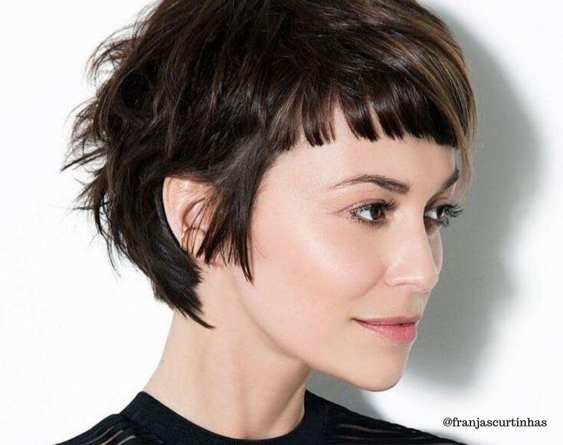 Mulher com corte de cabelo curto baby bangs