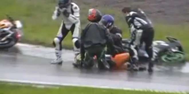 Video escándalo: Motociclista finge accidente para parar la carrera