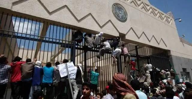 Video: Manifestantes atacan la embajada de EU en Yemen y Egipto