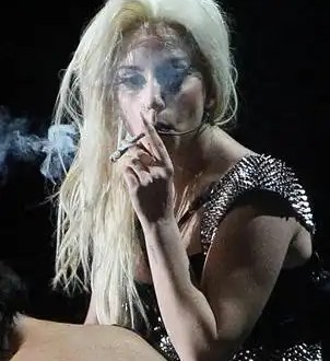 Lady Gaga fuma mariguana en pleno recital