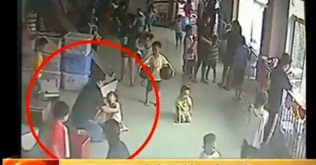Video: Lanzan contra el piso a una niña autista