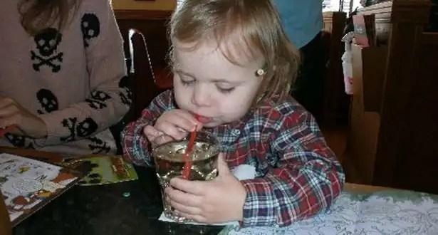 Bebé se toma vaso de whiky en un bar y nadie se da cuenta