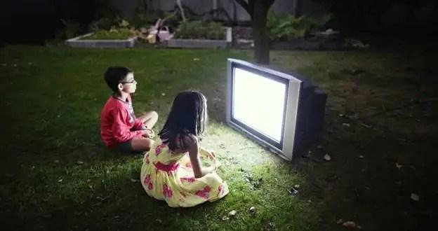 Mirar más de dos horas de TV daña el cerebro de los niños
