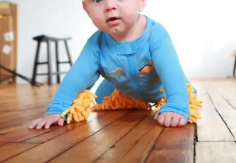 Video: usan a sus bebés para limpiar el piso