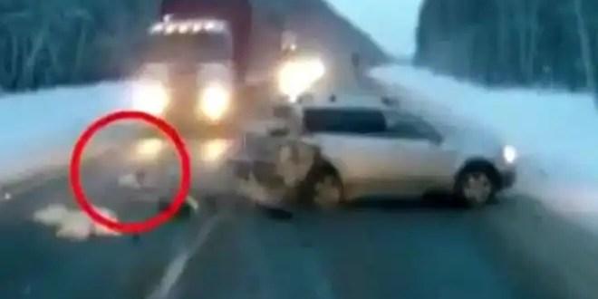 Video: Camión esquiva un bebé y lo salva de milagro