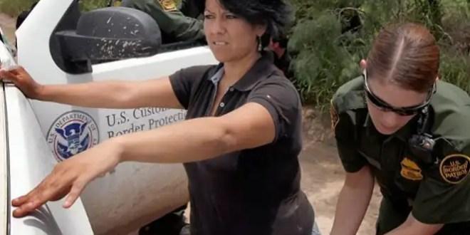 Agentes texanos encañonan con sus armas a migrantes