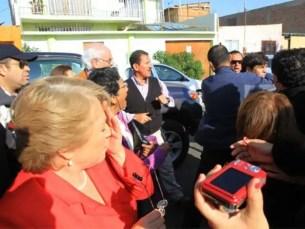 Fotos: Joven escupe a ex presidenta de Chile