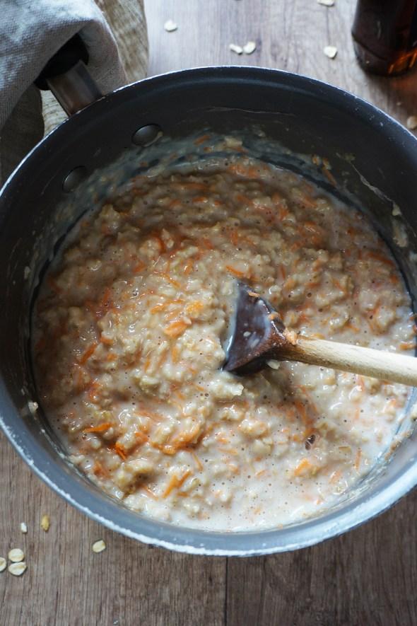 Korenčkova ovsena kaša z orehi in javorjevim sirupom