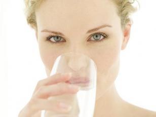 El consumo de agua en lugar de otras bebidas puede contribuir al manejo del peso corporal