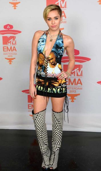 Miley Cyrus fue casi sin ropa a los MTV europeos y festejó su premio fumando marihuana en el escenario