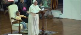 El que se va a Sevilla... un nene le ocupó el lugar al Papa