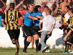 Agreden al árbitro Mariano González en torneo regional