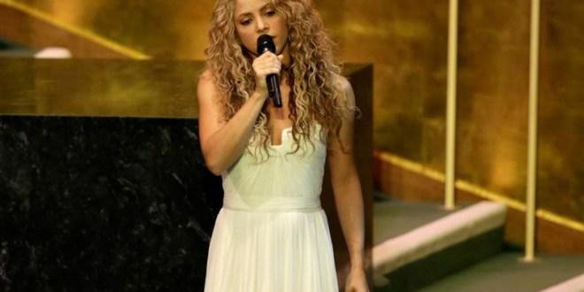 Shakira cantando Imagine ante la ONU y el papa