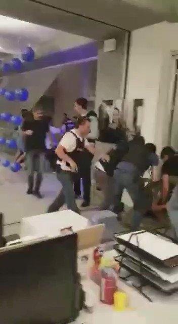 Video: El momento que los soldados son expulsados de los estudios de CNN Turquía