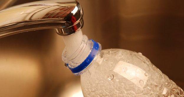 ¿Por qué no hay que rellenar ni reutilizar las botellas de plástico con agua?