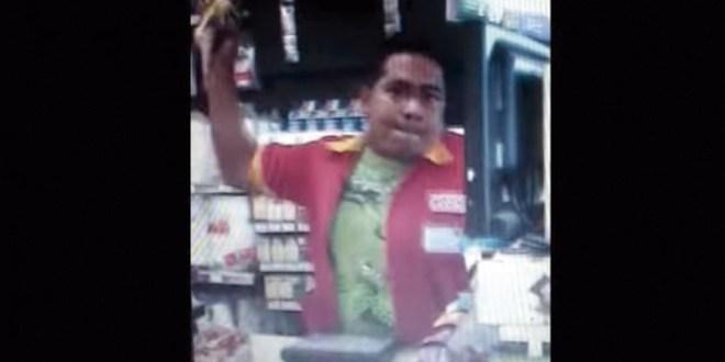 Video: Cajero de Oxxo arroja el café caliente a una pareja