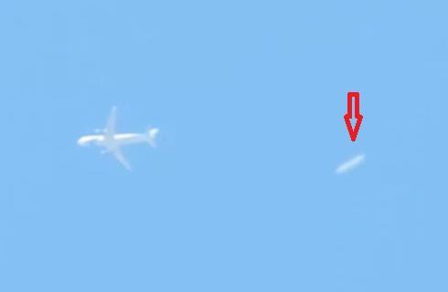 Un avión casi choca contra un OVNI