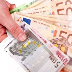 12787878-euro-cash-dans-la-main-femme-isolé-sur-fond-blanc-euros-billets-d-affaires-photo-collection