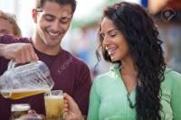 19983341-hombre-atractivo-vertiendo-una-cerveza-en-un-caf-al-aire-libre-en-la-playa-de-venice-california