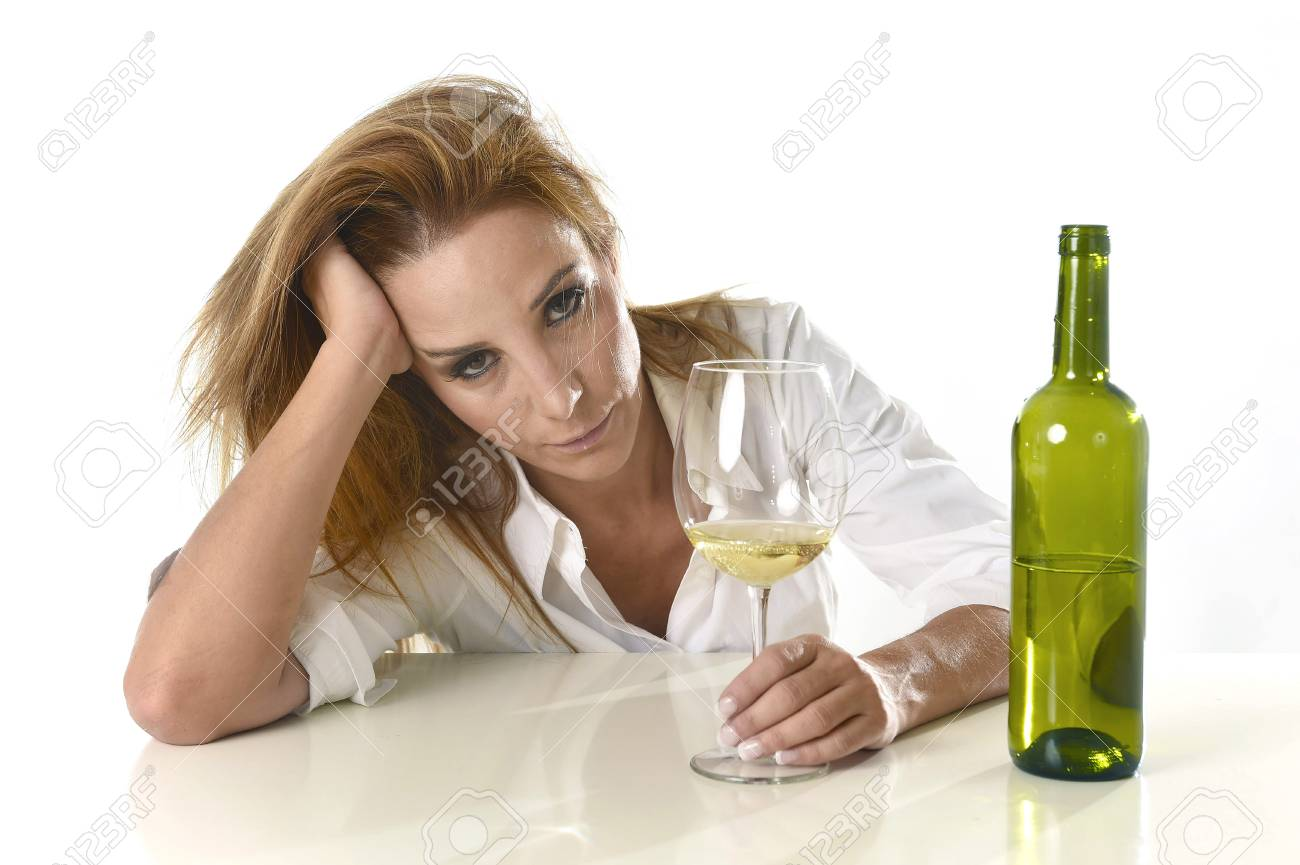 58155332-caucásico-rubio-desperdicia-y-mujer-alcohólica-deprimida-beber-la-copa-de-vino-blanco-que-parece-desesper