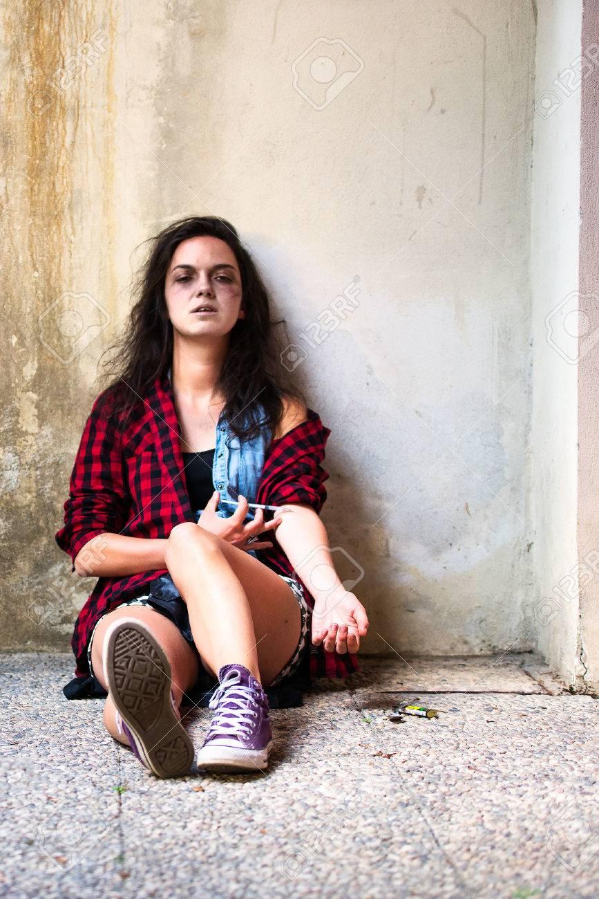 83043678-adicta-a-las-drogas-chica-que-está-llorando-con-jeringa-de-heroína-