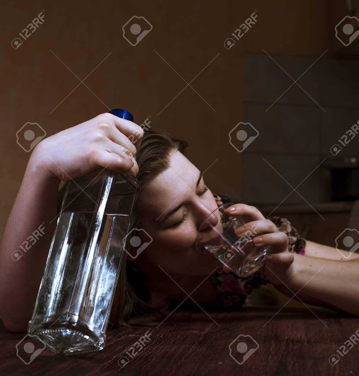 54511699-mujer-borracha-que-sostiene-la-botella-y-beber-su-bebida-alcohólica-alcoholismo-en-las-mujeres-